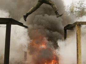 玩真的!神秘的白俄罗斯特种部队 表演胸口碎大石