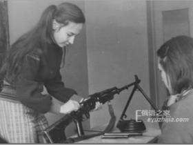 苏联时期战备课上玩枪的女孩子(多图)
