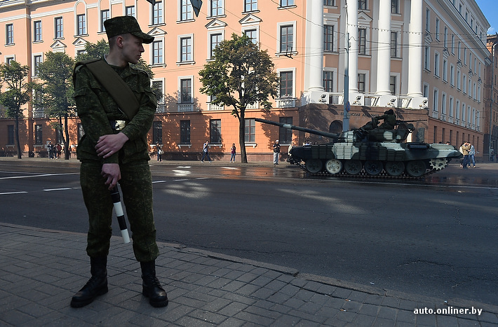 装甲车等重型武器惊现白俄罗斯首都明斯克街头(一)