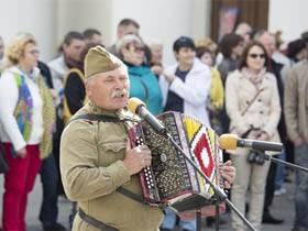 白俄罗斯胜利日 首都明斯克美女如云
