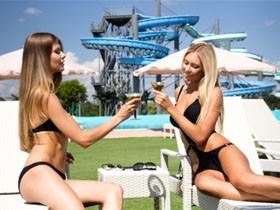 福利来了 实拍白俄罗斯水上乐园的比基尼美女