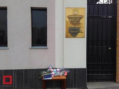 哈萨克斯坦民众悼念俄罗斯空难的遇难者