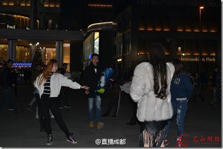 成都男子求婚遭拒因钻戒不足一克拉  俄网友也很气愤!