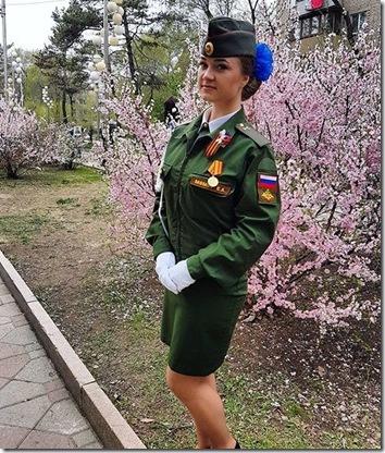 胜利日漂亮女兵照 俄网友不买账