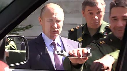 大帝视察军车 把手被扯掉了!俄专家