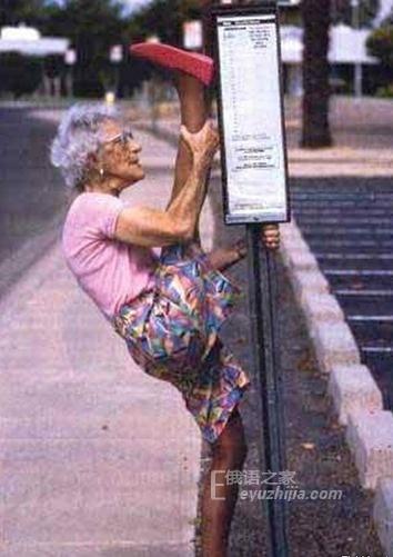 明斯克姑娘在地铁上做劈腿动作 一个男人爱上她。