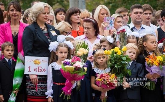 东欧某俄语国家的小学生开学典礼(多图)