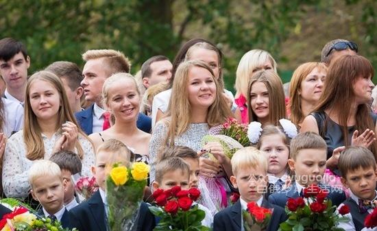 带你看看白东欧某俄语国家的小学生开学典礼(多图)